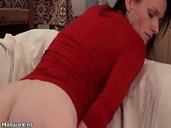 Hot mature woman gets horny rubbing a dildo on her cunt